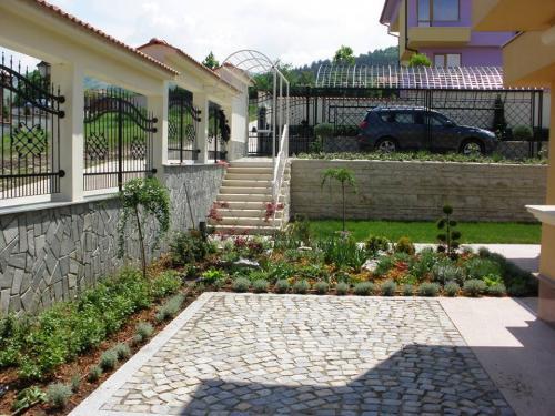 частен двор 1